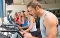 Corrida - Por que: o vigor na cama pode garantir uma boa impressão no momento a dois. Exercícios cardiovasculares aumentam o seu vigor, e podem ser bons aliados neste sentido. Como fazer: corra na esteira por 30 segundos, depois faça uma caminhada mais lenta por dois minutos. Repita essa sequência 10 vezes, totalizando 25 minutos de exercício
