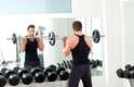 Agachamento com peso - Por que: quando você está por cima, a parte inferior das costas e o quadril fortalecidos podem ajudar. Além disso, você vai precisar de braços fortes para sustentar seu corpo nesta posição. Exercícios com peso para o fortalecimento são boas opções para estes músculos. Como fazer: comece com três séries de 15 repetições, usando a barra com peso para fazer o agachamento. Depois, aumente para quatro séries com 20 repetições. Você pode alternar com exercícios para os oblíquos. Segure uma bola de basquete e faça movimentos para frente e para trás, na lateral, alternando os lados, em séries de 10 a 12 repetições