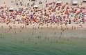 """1) Copacabana, RJ: muito popular entre os cariocas, a praia de Copacabana é um nome que simboliza como poucos a essência do Rio de Janeiro. Apelidada de """"Princesinha do Mar"""", a praia recebe milhões de pessoas durante os réveillons e lota nos dias ensolarados da cidade"""
