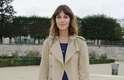 """Trench coat: é um modelo clássico de casaco 3/4, na altura dos joelhos. """"O da marca Burberry é o mais famoso. Deve ser usado com peças mais sociais e formais. Se usado com vestidos, devem ser mais curtos do que a saia"""", disse. Alexa Chung assistiu a um desfile da semana de moda de Paris com um modelo mais longo que o vestido"""