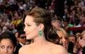 """Decote coração ou princesa: """"é super feminino por deixar à mostra parte do colo e fazer o contorno dos seios"""", disse. Ele faz o recorte no formato da parte superior de um coração. Angelina Jolie optou por um modelo não muito decotado"""
