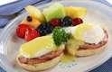 Escolha o ovo certo: ovos benedict podem soar como uma ótima opção, mas com toda a gordura saturada encontrada em receitas tradicionais, é melhor excluí-los do brunch. Opte por um ovo mexido ou uma omelete carregada com legumes frescos