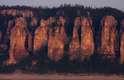 Parque Natural dos Pilares do Lena, Rússia: as gigantescas colunas de pedra do Parque Natural dos Pilares do Lena descem de uma altura de mais de 100 metros sobre as águas do rio Lena, formando belas paisagens. O parque encontra-se na província russa de Iacútia, na remota região da Sibéria