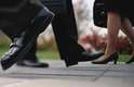 Passos curtos - Pode indicar: dificuldade para atingir orgasmo, osteoartrite e encurtamento de músculos das pernas devido ao uso de saltos altos.Se a pessoa não consegue dar passos amplos, é possível que sofra de osteoartrite nos quadris. Tendões e panturrilhas rígidas também podem ter sido comprometidos pelo uso frequente de sapatos de saltos altos. Outra possibilidade é a de problemas nos joelhos evitarem que as pernas sejam esticadas totalmente na hora de caminhar, encurtando os passos.Além disso, pesquisa publicada no Jornal de Medicina Sexual, realizada por médicos belgas e escoceses, aponta que músculos pélvicos sem elasticidade estão ligados a bloqueios sexuais e que as mulheres que davam passos mais largos atingiam orgasmos com mais facilidade