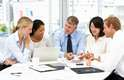 3. Faz com que a pessoa se sinta socialmente conectada: pesquisas mostram que profissionais que têm boas relações com os colegas podem viver mais tempo. Também relatam mais felicidade e satisfação com a vida