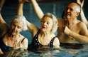 Quando ficamos mais velhos precisamos nos exercitar menos. Verdade. As alterações no organismo próprias do envelhecimento começam aos 30 anos, com elas vem a diminuição das capacidades pulmonar e cardíaca máximas. A repercussão dessas mudanças na vida cotidiana é pequena, porém, a queda de desempenho pode ser facilmente sentida durante os exercícios físicos. Os exercícios devem ter uma intensidade diferente daquele praticado quando a pessoa era jovem. Mas, em qualquer idade, a atividade física é importante. E a performance ao se exercitar dependerá de cada um, é uma capacidade individual, comenta o geriatra