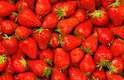 Além de saborosas, as frutas proporcionam nutrientes e muitos benefícios à saúde. Veja 25 benefícios que as frutas trazem: Morango - o ácido elágico, um antioxidante encontrado no morango, protege as células da pele contra os danos dos raios ultravioletas e, assim, pode prevenir rugas. A descoberta é da Universidade Hallym, da República da Coréia
