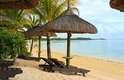 Ilhas Maurício. Se o casamento dos seus sonhos tem areia branca, mar de águas límpidas, corais e resorts luxuosos, as Ilhas Maurício são o destino perfeito. Com um destino desses, os noivos já podem estender a lua de mel e curtir as núpcias em praias paradisíacas. A cerimônia pode ser feita em um dos vários hotéis de luxo, em bangalôs decorados especialmente para a ocasião. Os estrangeiros terão dificuldade para se casar no civil e no religioso. Então, a opção é um culto simbólico. Uma cerimônia e uma recepção simples, para cerca de 30 pessoas, custariam a partir de 35 mil dólares, o que corresponde a R$ 70 mil, dependendo, lógico, das exigências do casal