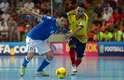 Alexmerlin dribla colombiano em lance da partida. Após um primeiro tempo sem gols, os italianos dominaram a segunda parcial e marcaram três vezes