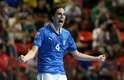 Após a cobrança de um escanteio, Sergio Romano acertou um belo chute de longe e abriu o marcador para a Itália