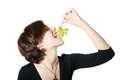 Espanha: enquanto esperam a virada de 31 de dezembro para 1º de janeiro, os espanhóis não podem deixar de ter 12 uvas à sua disposição. Quando as badaladas dos sinos de meia-noite começam a tocar, eles comem as uvas, tendo de terminá-las antes do fim dos sinos para trazer sorte e prosperidade para o ano que se inicia