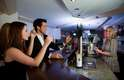 """Não entre no pub e peça """"uma cerveja"""". Até nos menores dos estabelecimentos, há no mínimo quatro tipos de cerveja - e às vezes, dúzias de variedades. É preciso saber exatamente oq ue se quer"""