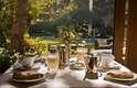 Hotel Rio Bidasoa - Hotel boutique familiar com 35 quartos, o Rio Bidasoa tem acomodações simples com uma decoração elegante. Localizado no bairro de Vitacura, o hotel tem um lindo jardim com piscina, e um restaurante com pratos gourmet para degustar com os melhores vinhos chilenos. Preços a partir de R$ 280 diários. Endereço: Rua Vitacura, 4873. Telefone: (00 XX 562) 242-1525