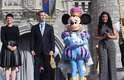 Existe uma terra em que sonhos viram realidade e em que o 'Era uma Vez.' acontece todos os dias. Essa terra se chama New Fantasyland. Foi com essas palavras que a atriz Ginnifer Goodwin (à esq.), da série de TV Once Upon a Time, inaugurou oficialmente a area de expansão do parque Magic Kingdom, do complexo do Walt Disney World, em Orlando, na Flórida, na manhã desta quinta-feira (6)