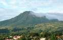 Ao norte de Martinica, o Monte Pelée, hoje dormente, tem 1.400 metros de altura com trilhas desafiadoras