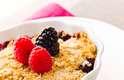 Torta de fruta: essa é uma ótima dica para os dias frios. Pegue sua fruta favorita - banana, maçã, mirtilo, morango, framboesa ou pera - e coloque em uma tigela no micro-ondas por cerca de dois minutos, até que fique morna e com a textura suave. Tampe com granola e com iogurte grego