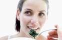 Espinafre: um estudo feito em 2008 mostrou que verduras ao vapor e vegetais verdes ajudam a diminuir o colesterol. Para preparar o espinafre, coloque as folhas em uma vasilha com um pouquinho de água. Cubra-a e deixe no micro-ondas por apenas 30 segundos