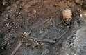 """O modo como o esqueleto foi encontrado sugere que o rei estava amarrado quando foi enterrado. Os cientistas informaram que houve muito dano aos ossos e que o esqueleto possuía """"uma constituição esguia incomum, quase feminina"""""""