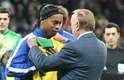 Ronaldinho cumprimentou José Maria Marin, presidente da Confederação Brasileira de Futebol (CBF) e ficou emocionado com a homenagem