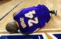Estrela do Los Angeles Lakers, Kobe Bryant se lesionou durante derrota para o Atlanta Hawks e criou polêmica com Dahntay Jones, adversário que teria feito falta de propósito; veja