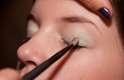 1. Após preparar a pele com primer e base, passe uma sombra em tom pastel por toda a pálpebra móvel, até o côncavo do olho