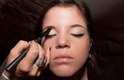 3. Preencha as falhas da sobrancelha e fixe os fios com máscara ou gel próprios para a tarefa. Esse truque deixará o olhar mais marcante