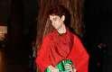 Ousado, Bruno Blaco mesclou o vestido de tecido fluído com uma calça, e ainda incorporou uma bolsa tipicamente feminina