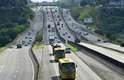 Trânsito na Rodovia Presidente Dutra, BR 116, em São José dos Campos (SP), nesta quinta-feira, véspera de feriado de Páscoa