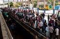 Movimentação intensa de passageiros na tarde desta quinta-feira na rodoviária de Porto Alegre (RS). Muitas empresas colocam ônibus adicionais para a data.