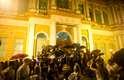 Enquanto a prefeitura era comunicada da decisão na Câmara de Vereadores, uma multidão pulava em comemoração em frente ao Paço Municipal. Com as portas fechadas e menos policiamento que nos protestos anteriores, manifestantes subiram as escadarias de prefeitura com faixas