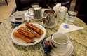 ...durante o café da manhã, servindo-se dos tradicionais churros argentinos...