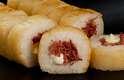 A novidade começa pela substituição da alga que envolve os sushis pelor uma massa crocante; na foto, recheio de carne seca com catupiry