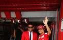 Descontraído, o camisa 2 do Barça foi ao Circuito da Catalunha com um visual extravagante - destaque para o paletó vermelho