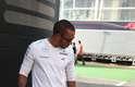 Lewis Hamilton passeia pelo paddock do Circuito de Montmeló com o buldogue Roscoe. O cachorro ganhou uma credencial VIP da Fórmula 1 após um pedido feito pelo piloto britânico ao compatriota Bernie Ecclestone, chefe comercial da Fórmula 1