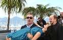 Durante a photocall de seu documentário Seduced and Abandoned, no Festival de Cannes, Alec Baldwin resolveu carregar a mulher, Hilaria Blum, que está grávida, no colo e ela deixou o bumbum à mostra, já que usava vestido
