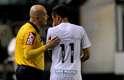 Neymar conversa com o árbitro paraense Dewson da Silva; atacante pode ter feito seu último jogo na Vila Belmiro