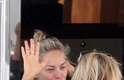 Sharon Stone foi fotografada sem maquiagem ao tomar café da manhã com amigos no barco de Roberto Cavalli, em Cannes, na França