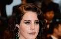 """Segundo Paulo Guerra, Lana Del Rey optou por um make dos anos 1940, que combinou com o seu biótipo. """"Olhos delineados na parte inferior são ousados"""". Para ele, a cantora poderia estar melhor se usasse batom vermelho. """"Achei um pouco opaca a escolha do blush, poderia ter usado um pouco de iluminador nas maçãs em direção das têmporas"""""""