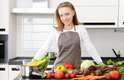 """Cozinhe para reduzir o estresse""""As pessoas sempre falam dos benefícios de certas comidas, mas os benfícios do ato de cozinhar nunca são mencionados. O sentimento de realização que vem de algo feito manualmente - sem precisar ser algo pesado - é muito bom para o sentimento de calma e concentração. Eu digo que fazer bolo faz muito bem à saúde"""""""