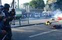 Policiais atiram contra manifestantes jogados no asfalto