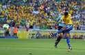 A defesa afastou mal um cruzamento da direita e o atacante do Barcelona acertou um belo chute de primeira...