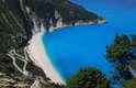 Myrtos, Cefalônia, GréciaA praia de Myrtos se encontra no noroeste da ilha de Cefalônia, banhada pelas águas do mar Jônico. Ao pé de duas montanhas, Myrtos é uma das praias mais espetaculares das ilhas gregas, com suas areias brancas e águas límpidas