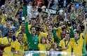 Jogadores da Seleção Brasileira fazem a festa com a taça da Copa das Confederações