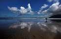 Praia de Famara:Região mais oriental das lhas Canárias, Lanzarote tem diferentes paisagens incríveis frente ao oceano Atlântico. Uma delas é a praia de Famara, com 2.800 metros de areias com penhascos e dunas como pano de fundo