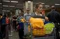 Um dia após o papa Francisco deixar o País, peregrinos tiveram que ter muita paciência no aeroporto do Galeão