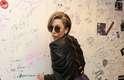 Para causar um pouco mais, ela se vira e faz pose sensual, mostrando todo o trabalho de drapeado da jaqueta e da saia. A pose e a roupa são fichinhas perto de outros looks da performática cantora