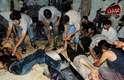 Homens recebem socorro após o ataque com arma químicas, relatado pela oposição e ativistas