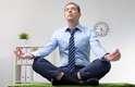 """EstresseA ioga alivia o estresse porque possibilita uma meditação em movimento e, com isso, limpa a mente. Ela permite que você presencie o momento, reduzindo o """"diálogo"""" mental"""
