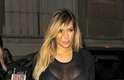 Kim Kardashian escolheu um vestido preto com transparência para ir com o marido, o rapper Kanye West a um desfile da Semana de Moda de Paris, no domingo (29)