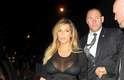 Ela apostou em um vestido preto com fenda e transparência
